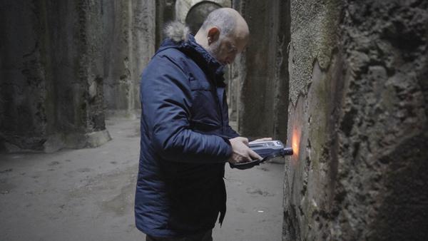 Bild 1 von 13: Hart wie römischer Beton: Professor Cappelletti von der Universität Neapel untersucht die Säulen der Piscina Mirabiles, einem unterirdischen Trinkwasser Reservoir aus der Zeit von Kaiser Augustus.
