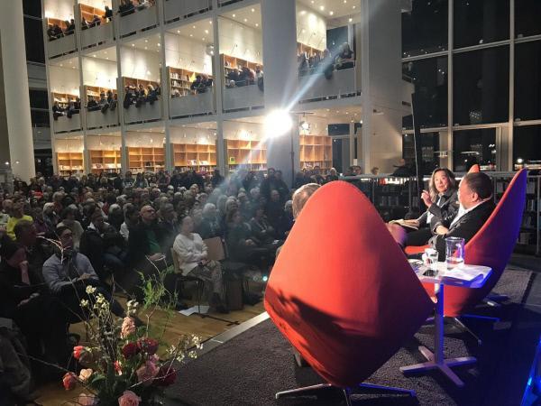 Bild 1 von 10: Ai Weiwei bei einer Podiumsdiskussion im schwedischen Malmö.