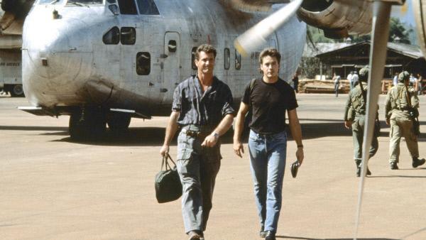 Bild 1 von 2: Gene Ryack (Mel Gibson, li.) und Billy Covington (Robert Downey Jr.) sind Piloten der 'Air America'.