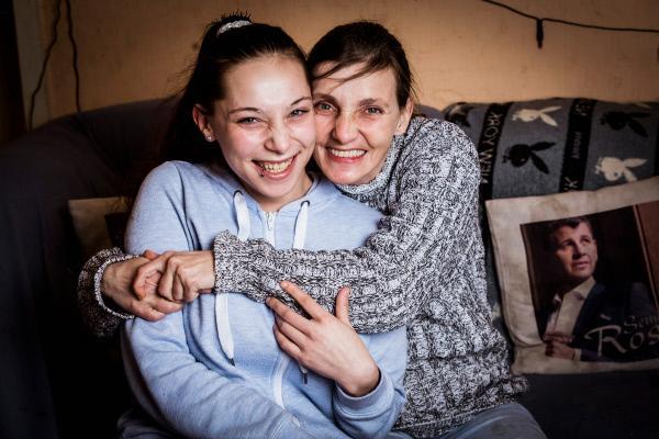 Bild 1 von 5: Hartz und herzlich - Rückkehr in die Benz-Baracken Simone mit Tochter Saskia