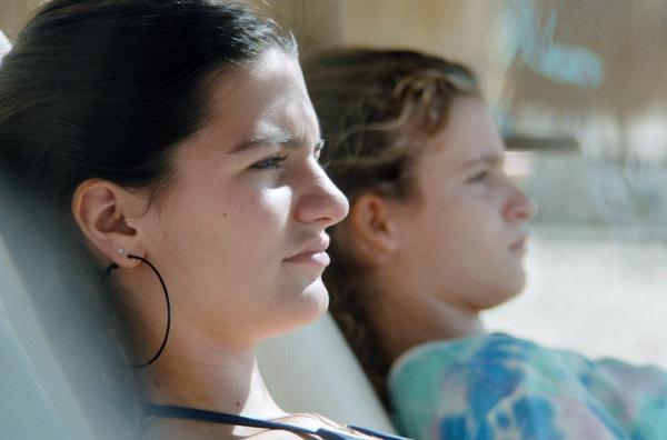 Bild 1 von 5: Die 13-jährige Claire (Zita Gaier, re.) und ihre Schwester Zoe (Nicolais Borger, li.) liegen am Strand und langweilen sich.