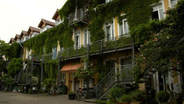 Bild 1 von 8: Häuser dem Immobilienmarkt entziehen: Das Grether-Gelände des Mietshäuser Syndikats in Freiburg.