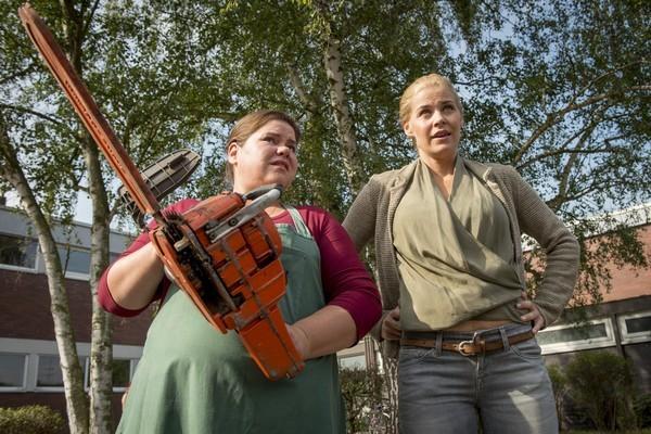Bild 1 von 13: Während die neue Kollegin Barbara Knopmacher (Nadine Wrietz, l.) das Gartenprojekt übernimmt, bekommt Karin Noske (Jessica Ginkel) einen Container.