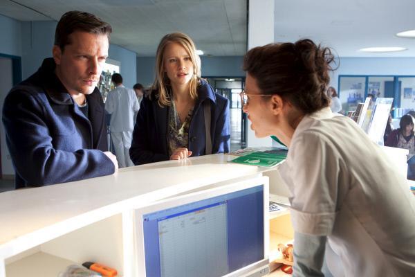 Bild 1 von 6: Schwester Yvonne (Anne Bolik, r.) erzählt Sandra (Susanne Bormann, M.) und Daniel (Florian Panzner, l.) ihre eigene Theorie, warum Giulia Flöther so plötzlich verschwunden ist.