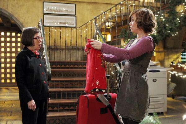 Bild 1 von 24: Nell Jones (Renée Felice Smith, r.) ist von ihrem Geschenk von Hetty (Linda Hunt, l.) alles andere als begeistert ...