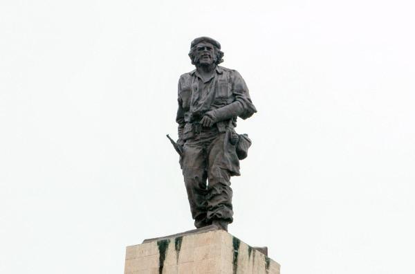 Bild 1 von 5: Statue Che Guevaras auf seinem Mausoleum in Santa Clara auf Kuba