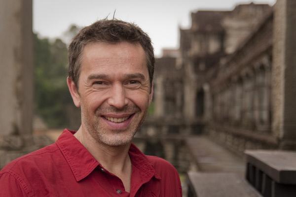 Bild 1 von 1: Dirk Steffens in der berühmten Tempelanlage von Angkor Wat. Um die Anlage herum haben Forscher die größte vorindustrielle Siedlung der Welt entdeckt. Radarmessungen der NASA belegen: Die Besiedlung um Angkor Wat erstreckte sich über gut 3000 Quadratkilometer.