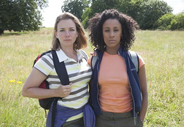 Bild 1 von 5: Alice Dewhurst (Emma Stansfield, l.) und Kirsty King (Lara Rossi, r.) gehören ebenfalls zum Wanderclub. Sie haben dem Willen des Landbesitzers Charles Fraith und dem tyrannischen Gusta nachgegeben, nachdem sie  mit einer Waffe bedroht wurden.