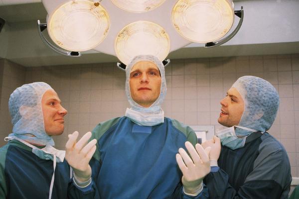 Bild 1 von 8: Dr. Schmidt (Walter Sittler, M.) lässt sich gerne von seinen Assistenten (Roland Jankowsky, l., Alexander Schottky) für sein medizinisches Können bewundern.