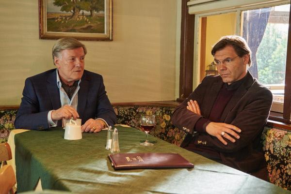 Bild 1 von 15: Heimliches treffen im Gasthof: Stiftungsvorsitzender Wilfried Maas (Manfred Zapatka, l.) und Lehrer Alexander Grape (Max Hopp, r.).