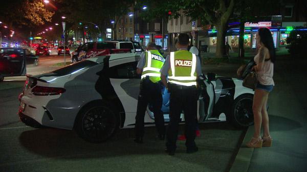 Bild 1 von 3: Ausgebremst: Mit stetig wiederkehrenden Kontrollen will die Polizei Raser in der Dortmunder Innenstadt ausbremsen.