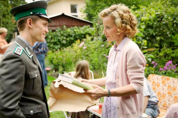 Bild 1 von 18: DDR-Soldat Martin Rauch (Jonas Nay) ist zu Besuch bei seiner Mutter Ingrid Rauch (Carina Wiese), die ihren Geburtstag feiert. Kurz danach verschwindet Martin aus der DDR...
