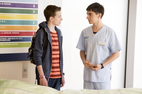 Bild 1 von 20: Toni (Ivo Kortlang, r.) erzählt Hugo (Nick Julius Schuck), dass er versucht die Liebe zu verstehen.