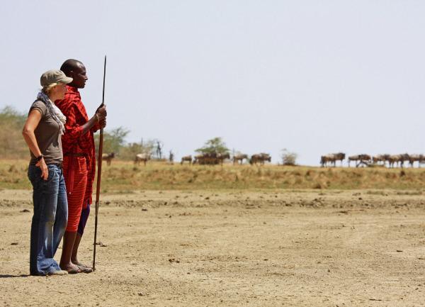 Bild 1 von 1: Moderatorin Andrea Jansen und Maasai Tengere in Tansania