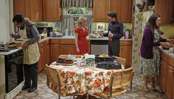 Bild 1 von 13: Ein ganz besonderes Thanksgiving-Essen wartet auf Bernadette (Melissa Rauch, 2.v.l.), Howard (Simon Helberg, 2.v.r.), Amy (Mayim Bialik, r.) und Raj (Kunal Nayyar, l.) ...