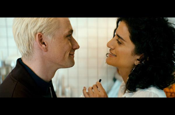 Bild 1 von 3: Nicky (Esben Smed, li.) und Sahar (Ö-zlem Saglanmak, re.) sind nun ein Paar.