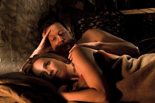 Frau und Mann liegen im Bett (nachdenkliche Blicke)