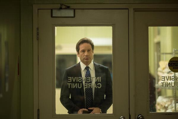 Bild 1 von 35: Steht seiner Kollegin zur Seite, als sie ins Krankenhaus gerufen wird: Mulder (David Duchovny) ...