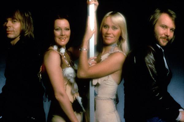 Bild 1 von 4: Die schwedische Popgruppe ABBA - von links: Björn Ulvaeus, Anni-Frid Lyngstad, Agnetha Fältskog und Benny Andersson.