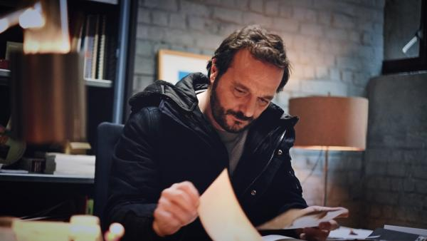 Bild 1 von 3: Samuel Leroy (Patrick Ridremont), Leiter der Brüssler Cyber-Crime-Unit, arbeitet fieberhaft an der Klärung eines brutalen Mordes. Ein Mann mit Verbindung zur Mafia, der als Dokumentenfälscher der Polizei bekannt war, wurde brutal zu Tode gefoltert.