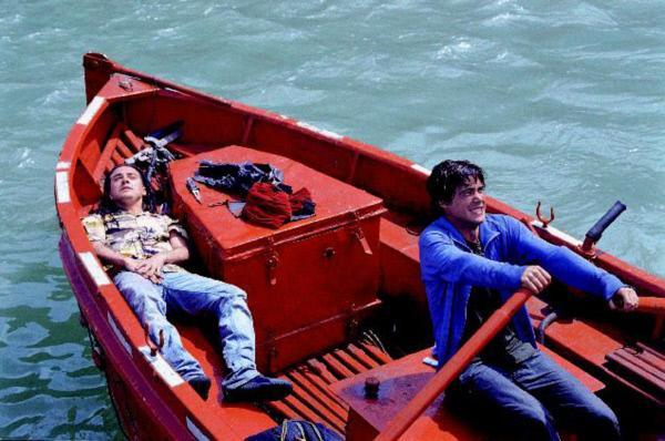 Bild 1 von 10: Bei dem Fluchtversuch wurde Edgar (Andrés Gertrudix, l.) verletzt, Iván (Unax Ugalde, r.) versucht, seinen Freund aus der Gefahrenzone zu bringen.