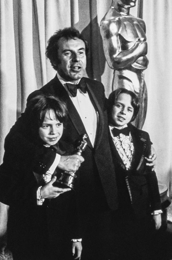 Bild 1 von 4: Milosö Forman im Jahr 1976 bei der Oscar-Verleihung mit seinen Zwillingssöhnen Petr and Matej Forman, die aus seiner zweiten Ehe hervorgingen. Sie sind heute beide als Schauspieler tätig.