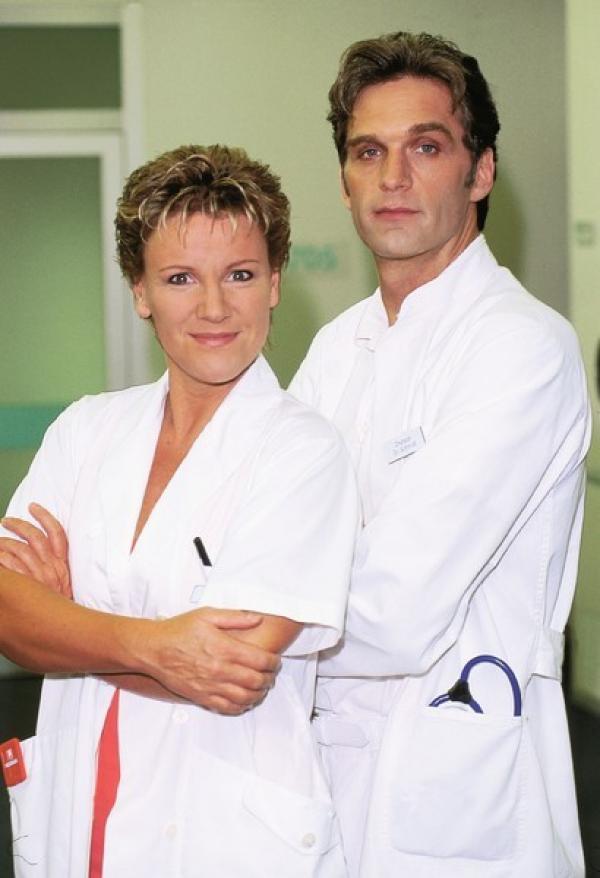 Bild 1 von 8: 2. Staffel: Nikola (Mariele Millowitsch) und Dr. Schmidt (Walter Sittler)