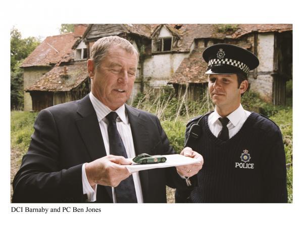 Bild 1 von 4: Inspector Barnaby (John Nettles, l.) und Constable Jones (Jason Hughes, r.) sichern ein Indiz am Mordschauplatz, ein altes Modellauto.