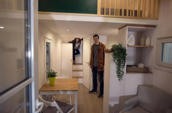 Bild 1 von 5: In Tiny Houses wohnt man auf kleinstem Raum. Die Xenius-Moderatoren Adrian Pflug und Emilie Langlade fragen sich: Ist weniger wirklich mehr?