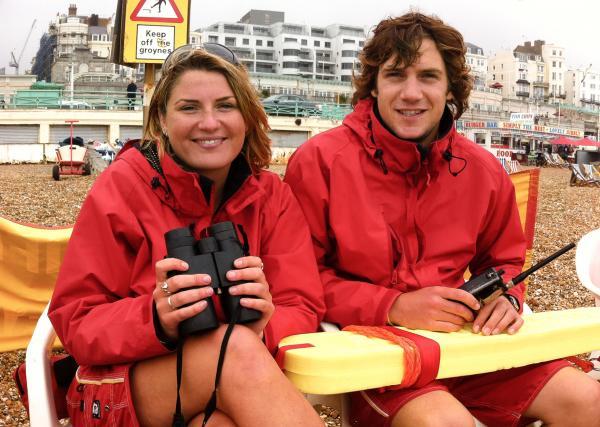 Bild 1 von 7: Lebensretter Eleanor De Sausmarez und Ashley Guest passen im Sommer auf die Badegäste auf.