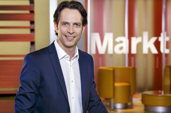 Bild 1 von 1: Jo Hiller moderiert Markt. Das NDR Wirtschafts- und Verbrauchermagazin. Zu sehen immer montags um 20.15 Uhr im NDR Fernsehen.
