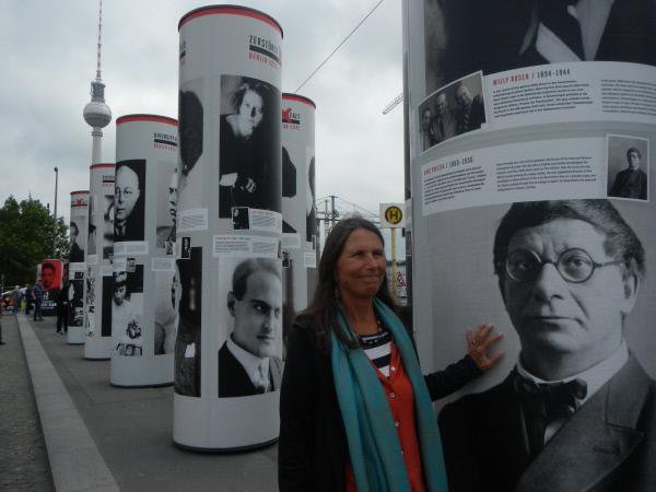 Bild 1 von 3: Die Taten ihres Onkels im Dritten Reich sind Teil ihres Lebens. Erst floh Bettina Göring vor der Auseinandersetzung, dann stellte sie sich der Vergangenheit.