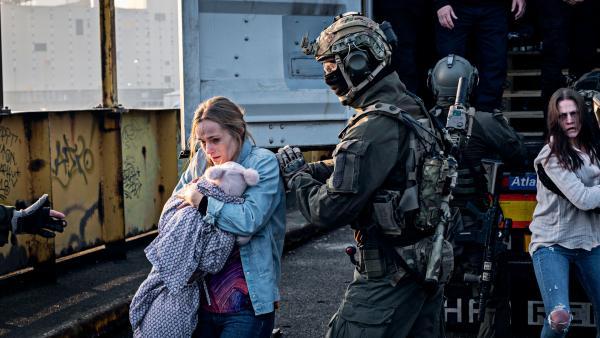 Bild 1 von 5: Ein Soldat der Spezialeinheit rettet eine Geisel und hilft ihr aus dem Container.