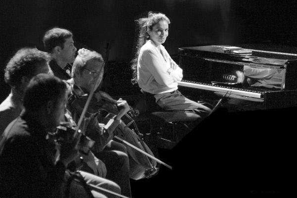 Bild 1 von 1: ARTE zeigt die französisch-israelische Sängerin Yael Naim in einem Konzert mit David Donatien, das sie beim Festival Nancy Jazz Pulsations gab. Ihr sanfter Folk wird vom Streicherensemble Quatuor Debussy begleitet.