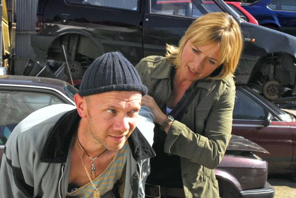 Bild 1 von 3: Der Autoschieber Richie Adam (Christian A. Koch, l.) hat etwas zu verbergen und versucht zu entwischen. Doch Nadine (Katharina Abt, r.) ist schneller ...