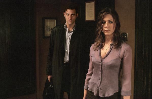 Bild 1 von 23: Geraten nach einem gemeinsamen Schäferstündchen ins Visier eines eiskalten Gnagsters: Charles (Clive Owen, l.) und Lucinda (Jennifer Aniston, r.) ...