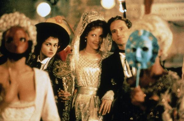 Bild 1 von 6: Der Karneval von Venedig ist die Kulisse, vor der Kates (Helena Bonham-Carter, l.) Plan, Millie (Alison Elliott, Mi.) mit Merton (Linus Roache, r.) zu verkuppeln. Gestalt annimmt.