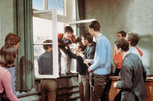 Bild 1 von 3: Pepe Nietnagel (Hansi Kraus, auf der Fensterbank) und seine Klassenkameraden spielen ihrem Lateinlehrer einen Streich.