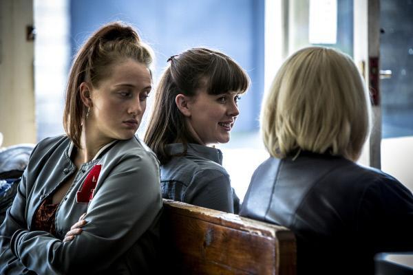 Bild 1 von 3: Donna Calvert (Claudia Adshead, l.) wird von Joy Freers (Alexandra Roach, M.) und Vivienne Deering (Joanna Scanlan, r.) für einen Undercover-Einsatz bei den Attahs rekrutiert.