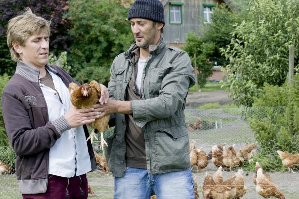 Bild 1 von 14: Fritz Fuchs (Guido Hammesfahr, l.) will einen Hahn von Bauer Tavuk (Ercan Durmaz, r.) abkaufen.
