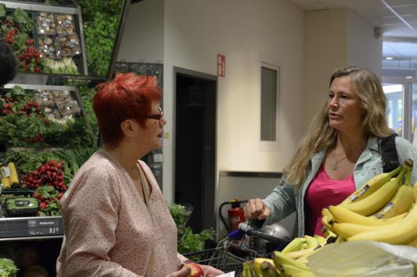 Bild 1 von 11: Monika und Jesssica machen einen Großeinkauf im Supermarkt. Die Vorräte sollen mehrere Wochen reichen. Monika kann nicht  mehr schwer tragen.