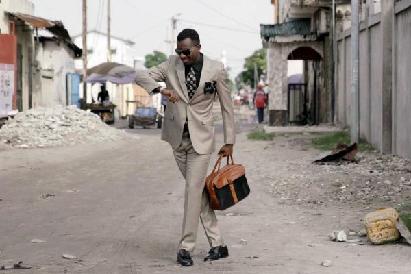 Bild 1 von 5: Für diesen Sapeur in Brazzaville im Kongo wird die Stadt zur Bühne.