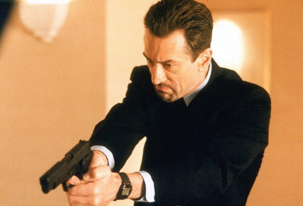 Bild 1 von 2: Der Profigangster McCauley (Robert De Niro) narrt die Polizei von Los Angeles immer wieder mit perfekt geplanten Überfällen. Nach wenigen Minuten liegt der Geldtransporter auf der Seite, die Wachmänner tot daneben und die Gangster sind längst verschwunden ...