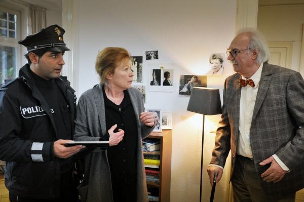 Bild 1 von 9: Tarik (Serhat Cokgezen, l.) wird Zeuge, wie Frau Ohmke (Renate Schroeter, M.), die an Demenz leidet, ihren Ehemann (Achim Wolff, r.) nicht mehr erkennt.