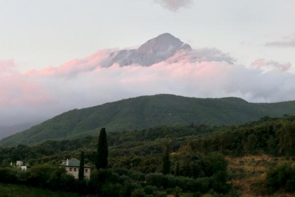 Bild 1 von 4: Der Berg Athos in Wolken gehüllt am frühen Abend: Die Wolkenkappe auf dem Gipfel ist eines der geheimnisvollen Gesichter des Heiligen Berges.