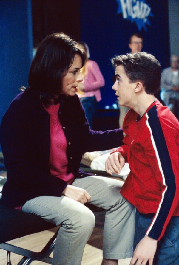 Bild 1 von 14: Lois (Jane Kaczmarek, l.) und Malcolm (Frankie Muniz, r.) finden den Aufenthalt in der Schulturnhalle unausstehlich ...