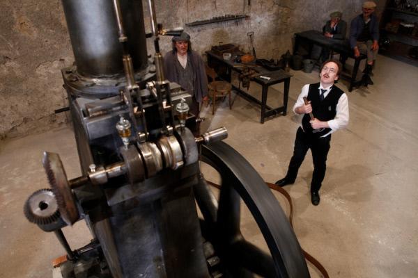 Bild 1 von 1: Tag und Nacht arbeitet Rudolf Diesel daran, seinen ersten Motor zum Laufen zu bringen.