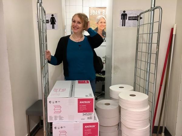 Bild 1 von 6: Für ihre Kunden hat Toilettenfrau Steffi immer einen lockeren Spruch parat.