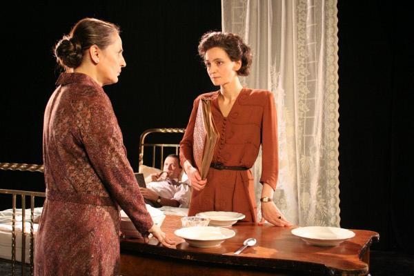 Bild 1 von 4: Hannah Arendt (Elsa Hanewinkel, rechts) mit ihrer Mutter (Ekaterina Dimitriu) in Paris.