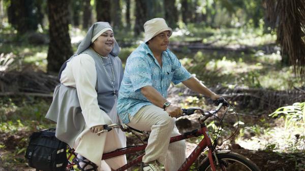 Bild 1 von 15: C?sar (Christian Clavier) muss sich bei den Nonnen beliebt machen, in deren Heim sein Adoptivkind lebt.